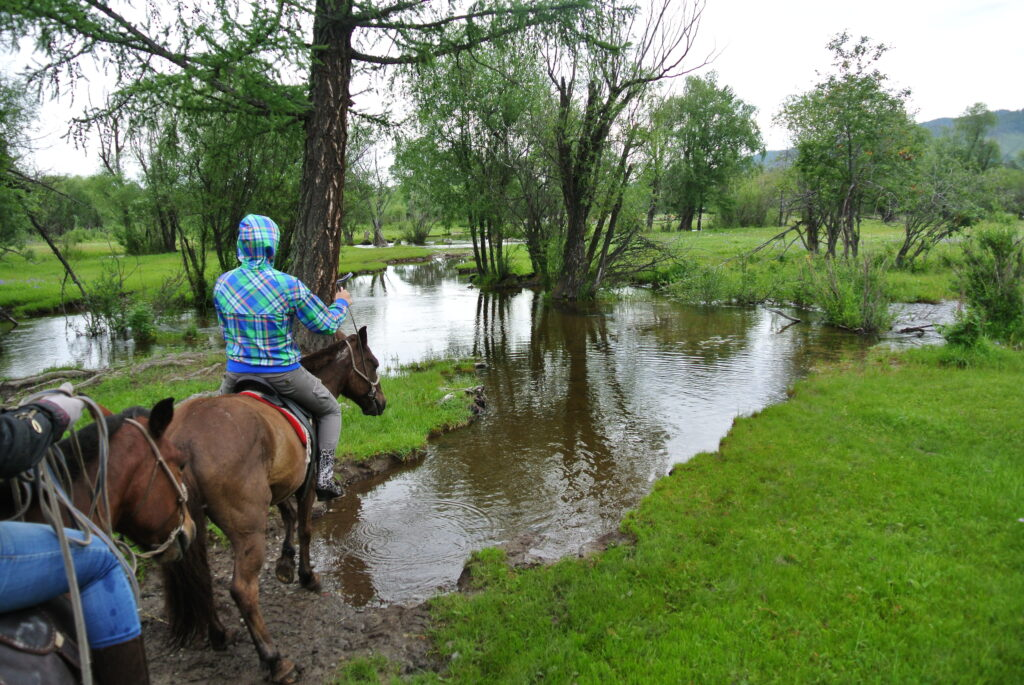 ゲルで乗馬体験