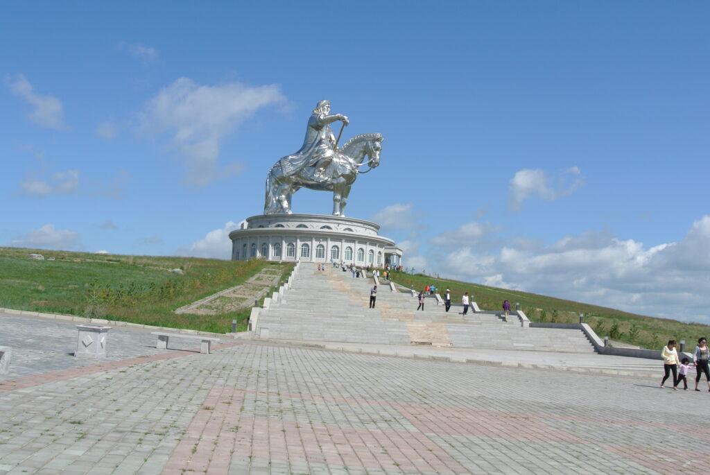 チンギスハーン騎馬像